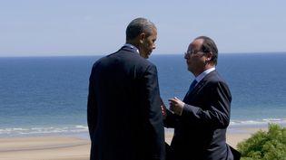 François Hollande et Barack Obama discutent, le 6 juin 2014, lors du 70e anniversaire du débarquement américain en Normandie. (ALAIN JOCARD / AFP)