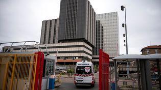 Une ambulance entre à l'hôpital Bichat à Paris, le 21 mars 2020 (photo d'illustration). (LIONEL BONAVENTURE / AFP)