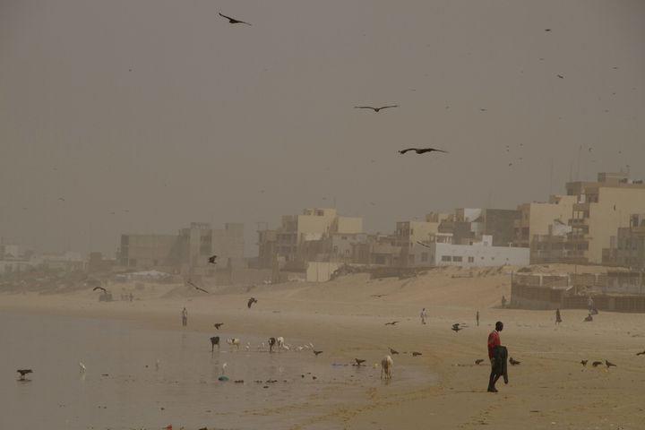 Sur une plage de Dakar le 8 février 2012 (REUTERS - JOE PENNEY / X02952)