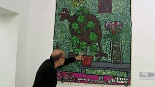 """Le collectionneur Didier Moiselet devant une oeuvre de Robert Combas à l'exposition de Bourg-en-Bresse """"Beauté de la couleur, magie de la matière""""  (France 3 / Culturebox)"""