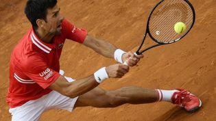 Novak Djokovic bataille face à Rafael Nadal en finale du Masters 1000 de Rome. (FILIPPO MONTEFORTE / AFP)