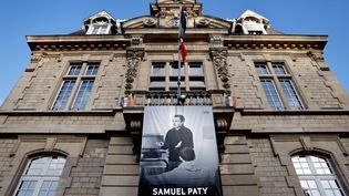 Un portrait de Samuel Paty est accroché au fronton de la mairie de Conflans-Sainte-Honorine (Yvelines), le 3 novembre 2020. (THOMAS COEX / AFP)