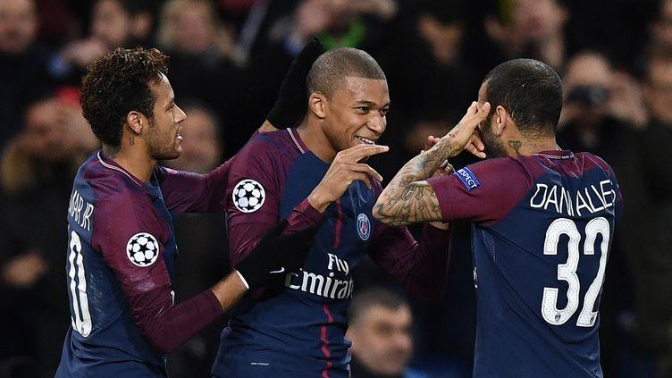 Neymar, Mbappé et Alvès (PSG) heureux