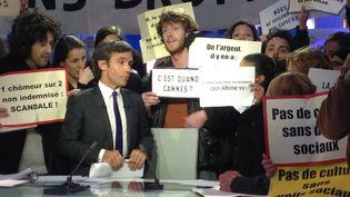 David Pujadas entouré par des manifestants sur le plateau de son journal de 20 heures, le 8 avril 2014.  (CITIZENSIDE / AFP)