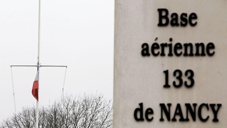 (Les drapeaux ont été mis en berne à la base aérienne de Nancy-Ochey, où étaient affectés 7 des 9 militaires tués en Espagne © Maxppp)