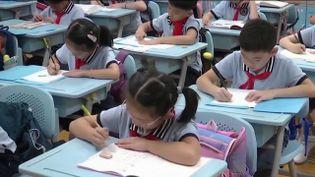 En Chine, c'est une tradition, pour réussir, il faut travailler, et ce, dès le plus jeune âge. Une pression monstrueuse est mise par les parents qui multiplient les cours de soutien. Mais cela à un coût, qui convaincrait même, à moins faire d'enfant. Par conséquent, le gouvernement a décidé d'interdire les examens, en CP et en CE1. (FRANCE 2)