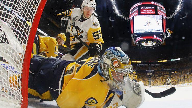 Pekka Rinne, le portier de Nashville, réalise un superbe sauvetage devant Jake Guentzel, des Penguins (BRUCE BENNETT / GETTY IMAGES NORTH AMERICA)