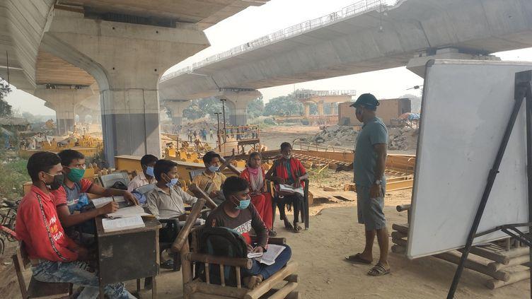 Des écoles à ciel ouvert ont fleuri dans la banlieue de New Delhi pour compenser la fermeture des écoles en Inde en raison de l'épidémie de coronavirus. (SEBASTIEN FARCIS / RADIO FRANCE)