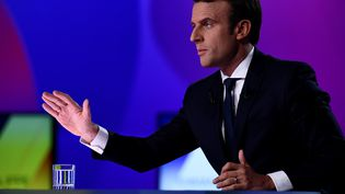 Le candidat du mouvement En marche ! sur le plateau de France 2, le 20 avril 2017. (MARTIN BUREAU / AFP)