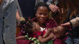 Chaque année, l'association La Chaîne de l'Espoir (CDE) permet de sauver des enfants partout dans le monde grâce à une mobilisation extraordinaire. Jeudi 7 novembre, deux petites siamoises arrivant du Cameroun vont être séparées chirurgicalement aux hospices civils de Lyon (Rhône). (FRANCE 3)