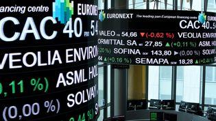 Le CAC 40 chute à l'ouverture, lundi 9 mars, inquiété par le Coronavirus et la crise pétrolière annoncée. (ERIC PIERMONT / AFP)
