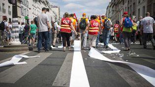 (Plusieurs milliers de personnes défilaient à Paris le 26 juin contre le pacte de responsabilité, en vue de la conférence sociale. © Xavier de Torres/MAXPPP)