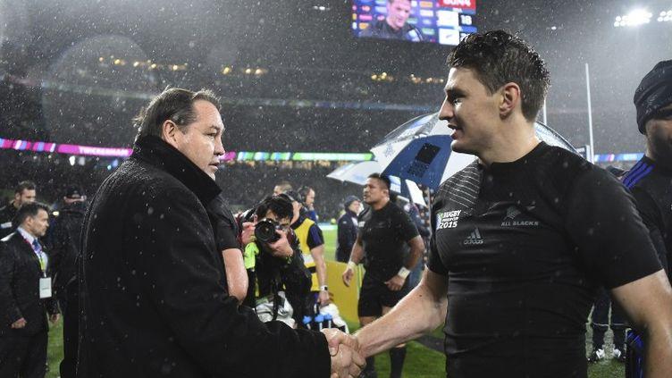 Le sélectionneur des All Blacks, Steve Hansen (à gauche), ici en train de féliciter son ailier et auteur de l'essai salvateur contre les Bocks, Beauden Barrett. (GABRIEL BOUYS / AFP)