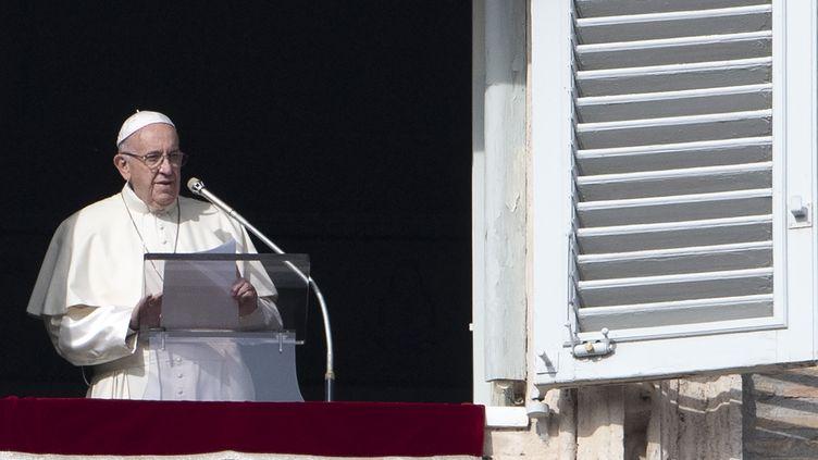 Le pape François au blacon de son palais du Vatican, lors de sa prière de l'Angélus, le 2 décembre 2018. (TIZIANA FABI / AFP)