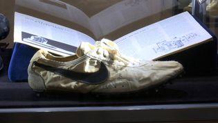 Le modèle Moon Shoe, signé Nike en 1972, a enregistré un record lors de sa vente aux enchères chez Sotheby's en juillet 2019. (TED SHAFFREY/AP/SIPA / SIPA)