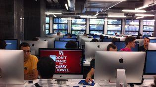 """Au cœur du """"Heart of Code"""" de l'école 42, dans l'une des trois salles où les élèves peuvent travailler jour et nuit. (MARION SOLLETTY / FRANCETV INFO)"""