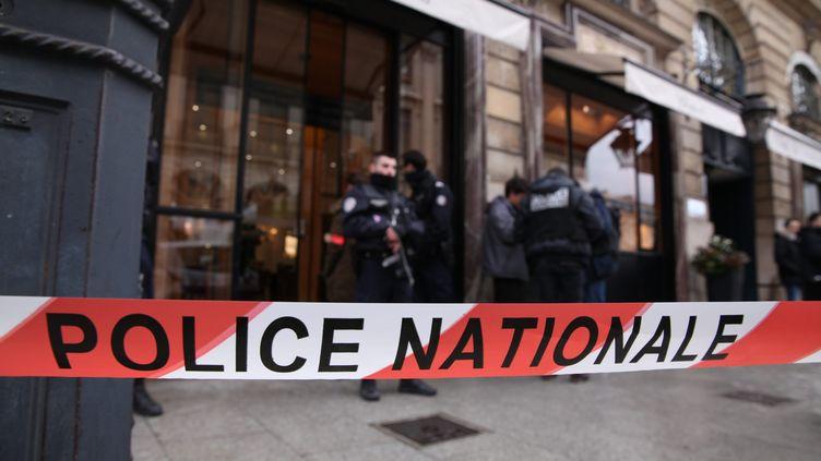 Un bandeau de la police nationale après un braquage, en mars 2016, à Paris. (OLIVIER BOITET / MAXPPP)