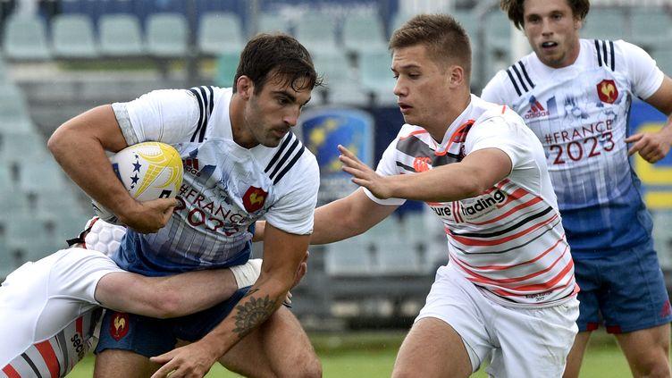 Jean-Pascal Barraque, ballon en main, sous le maillot de l'équipe de France de rugby à VII (THIERRY ZOCCOLAN / AFP)