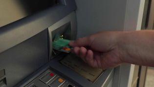 Consommation : les distributeurs automatiques de billets de moins en moins utilisés (France 2)