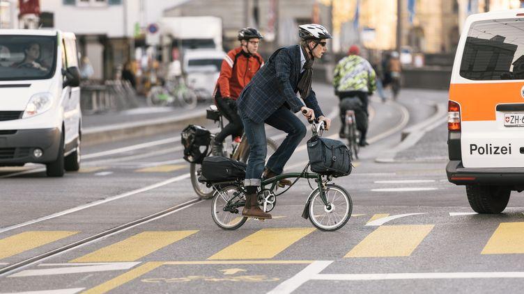 Un cycliste dans les rues de Zurich, en Suisse. (illustration) (CHRISTIAN BEUTLER / MAXPPP)