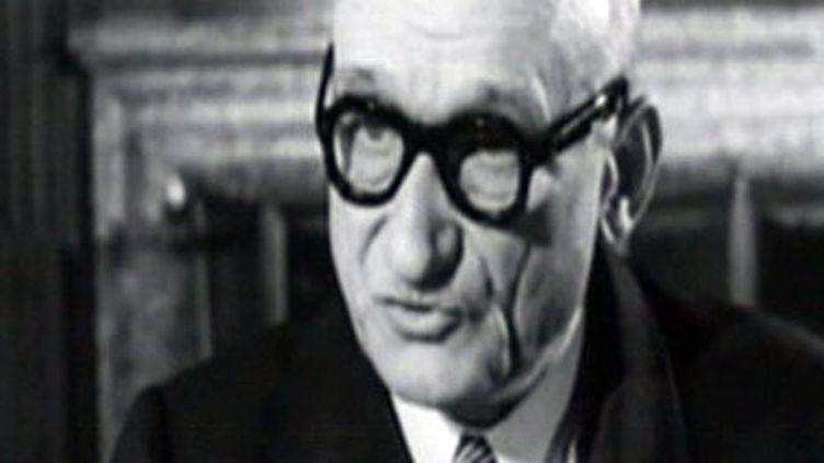 Robert Schuman lors de son discours fondateur du 9 mai 1950 au Quai d'Orsay (France 2)