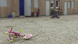 En 2015, 16 familles roms évacuées près de Lyon (Rhône), ont été relogées dans un village d'insertion. Aujourd'hui, comme le projet a été couronné de succès, le village ferme. (FRANCEINFO)