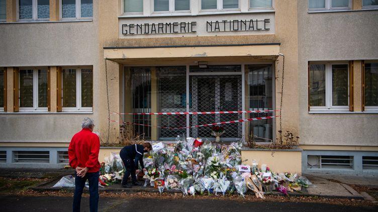 Des bouquets de fleurs déposés devant l'entrée de la gendarmerie d'Ambert (Puy-de-Dôme), le 24 décembre 2020. (RICHARD BRUNEL / MAXPPP)