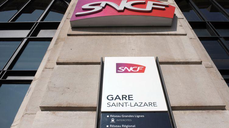Un panneau de la SNCF à la gare Saint-Lazare, à Paris, le 14 mars 2012. (ERIC PIERMONT / AFP)