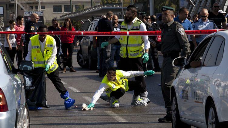 La police intervient sur le lieu où un soldat israélien a été poignardé par un Palestinien, à Tel-Aviv (Israël), le 10 novembre 2014. (AMIR LEVY / AFP)