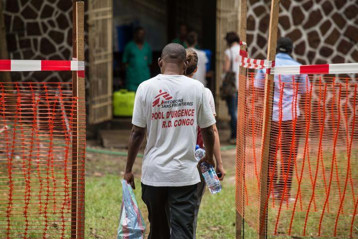 Des membres de l'équipe MSF à l'entrée de l'hôpitalen RDC, le 20 mai 2018 (JUNIOR D. KANNAH / AFP)