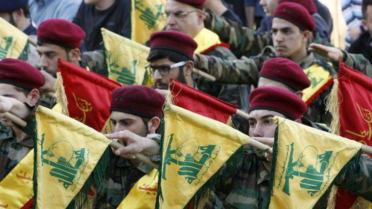 Des miliciens du Hezbollah libanais, qui vient d'être déclaré «organisation terroriste» par les six monarchies du Golfe, aux funérailles d'un des leurs, tombé au combat en Syrie, le 1er mars 2016. (MAHMOUD ZAYYA/AFP)