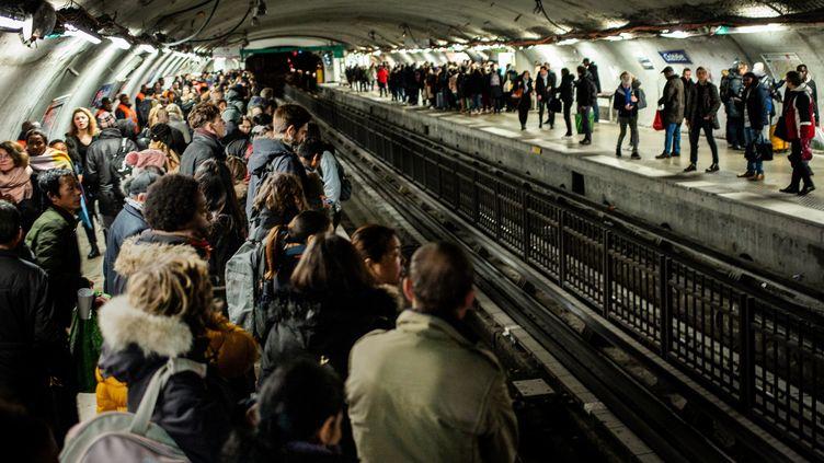 La station Chatelet, à Paris, noire de monde, le 16 décembre 2019, durant la grève des transports. (MARTIN BUREAU / AFP)