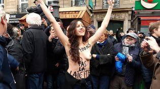 """Une femme avec le slogan """"Ne bradons pas la laïcité"""" lors de la manifestation contre l'islamophobie, le 10 novembre 2019 à Paris. (BENJAMIN  ILLY / FRANCE INFO / RADIO FRANCE)"""