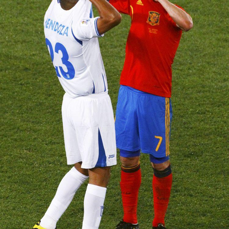 L'attaquant espagnol David Villa échange son maillot avec le Hondurien Sergio Mendoza lors de leur rencontre du premier tour, le 21 juin 2010 à Johannesburg (Afrique du Sud). (DAVID GRAY / REUTERS)