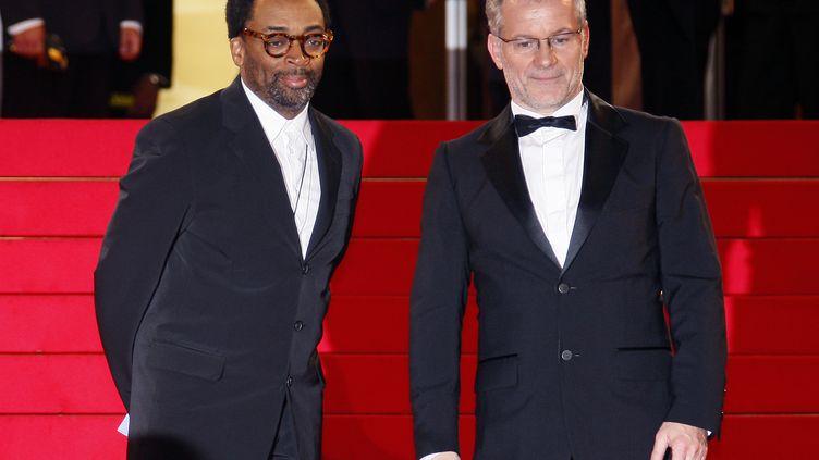 Le réalisateur américain Spike Lee (G) et le délégué général du festival de Cannes Thierry Frémaux sur le tapis rouge en 2008. (FRANCOIS GUILLOT / AFP)