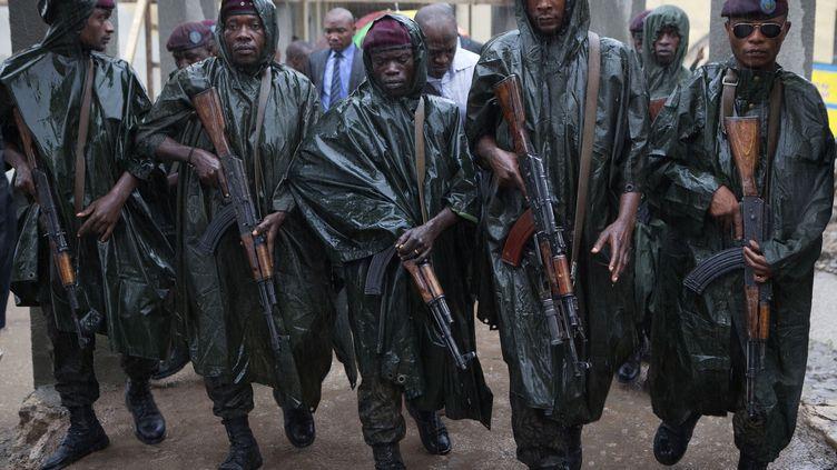 Des membres de la garde présidentielle accompagnent le président sortant Joseph Kabila à sa sortie d'un bureau de vote, à Kinshasa (RDC) le 28 novembre 2011. (FINBARR O'REILLY / REUTERS)
