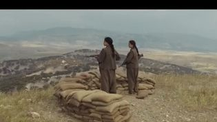 """Les forces kurdes ont été un partenaire clé dans la lutte contre l'État islamique. Des troupes composées de femmes kurdes et de combattantes européennes ont fait face à la menace. Caroline Fourest raconte cette histoire dans le film """"Soeurs d'armes"""", qui sort mercredi 9 octobre au cinéma. (France 2)"""