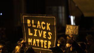 Des manifestantsà Philadelphie (Etats-Unis), au lendemain de la mort de Walter Wallace Junior, un homme noir abattu par des policiers, le 26 octobre 2020. (MARK MAKELA / GETTY IMAGES NORTH AMERICA)