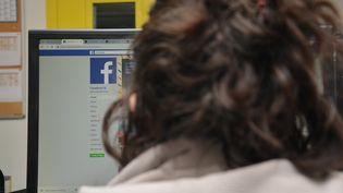 Une femme consulte le réseau social Facebook. (JEAN-CHRISTOPHE BOURDILLAT / RADIO FRANCE)