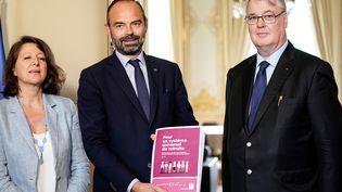 Le haut-commissaire à la réforme des retraites, Jean-Paul Delevoye, remet son rapport de recommandations au Premier ministre, Édouard Philippe, à Matignon, le 18 juillet 2019. (KENZO TRIBOUILLARD / AFP)