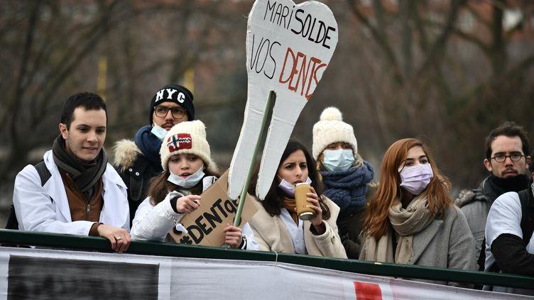 Une manifestation devant le siège de l'Union nationale des caisses d'assurance-maladie (Uncam), à Paris, le 27 janvier 2017. (PHILIPPE LOPEZ / AFP)