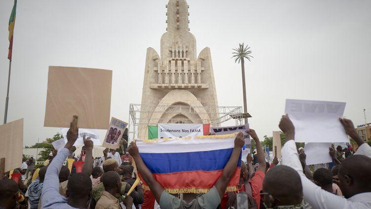 Des manifestants sont réunis pour soutenir les Forces armées maliennes (Fama), le 28 mai 2021, à Bamako (Mali). (MICHELE CATTANI / AFP)