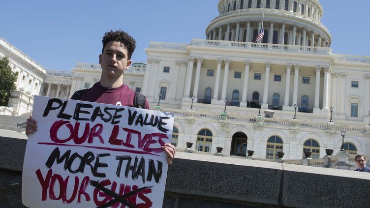 Un étudiantpose, à Washingtonaux États-Unis, après avoir rallié plusieurs centaines d'étudiants pour réclamer des lois plus strictes sur les armes à feu le 20 avril 2018. (ANDREW CABALLERO-REYNOLDS / AFP)