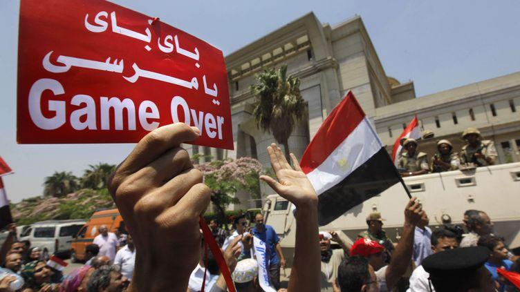Des Egyptiens célèbrent la nomination du nouveau président par intérim, Adly Mansour, et le renversement de Mohamed Morsi, le 4 juillet 2013. (AMR NABIL / AP / SIPA)
