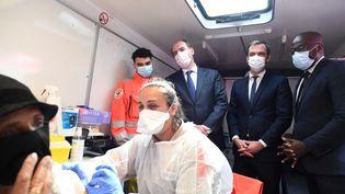 Le ministre de la Santé Olivier Véran et le Premier ministre Jean Castex, en visiteà Villetaneuse, le 27 juillet 2021. (ALAIN JOCARD / AFP)