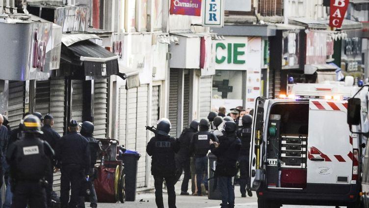 Des policiers lors d'une opération antiterroriste à Saint-Denis (Seine-Saint-Denis), le 18 novembre 2015. (GEOFFROY VAN DER HASSELT / ANADOLU AGENCY / AFP)