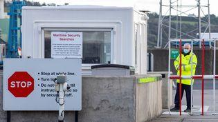 Un garde à l'entrée du port de Larne en Irlande du Nord, le 1er janvier 2021. (PAUL FAITH / AFP)