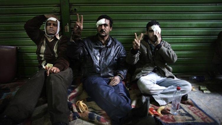 Des manifestants anti-Moubarak blessés le 2 février au Caire dans les affrontements avec des partisans au régime (AFP/MARCO LONGARI)