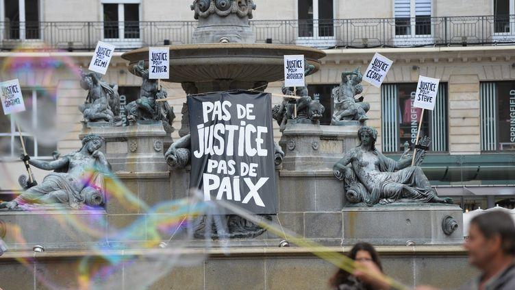 """Des affiches réclament """"justice pour Steve"""" Maia Caniço, samedi 20 juin 2020 sur la place Royale de Nantes. (MAXPPP)"""