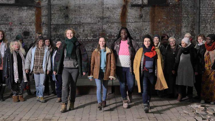 Audrey Lamy, Corinne Masiero, Déborah Lukumuena, Noémie Lvovsky et «Les Invisibles», une quinzaine d'actrices non-professionnelles qui ont connu la rue.  (JC Lother )